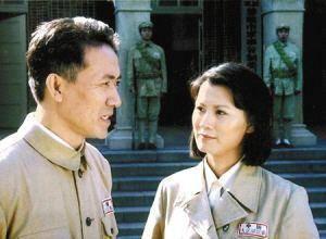拍完戏后和妻子离婚,李云龙拍戏时假戏真做,娶了小13岁的她  第3张