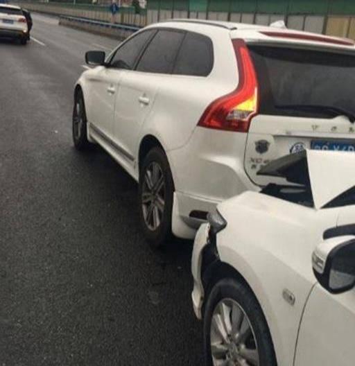 本田锋范撞上沃尔沃XC60,检查损失情况后,车主:一分钱一分货