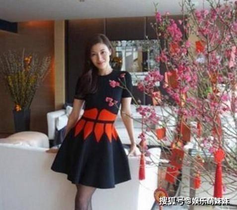 原创李嘉欣晒出在香港的豪宅,家里有专用电梯,但装修很家常普通