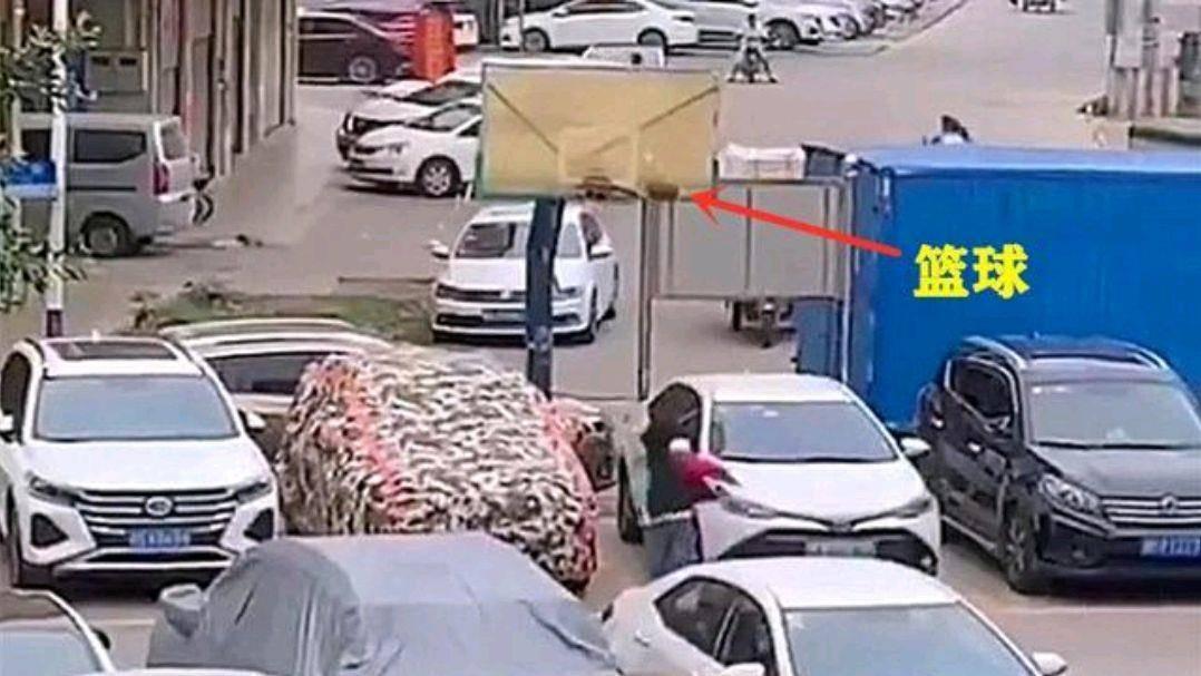 广东一篮球场下停满了私家车,孩子在打篮球,篮筐下车辆遭殃了