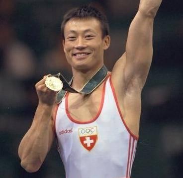 他是华裔体操冠军,生涯遭受三次重伤,7岁的儿子因癌症离开人世