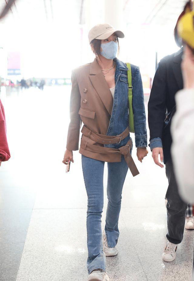 秦岚穿牛仔拼接西装搭配细腿牛仔裤,时尚潇洒,真的太苗条了!