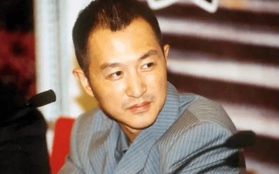 他凭一首《大中国》爆红,34岁却死母亲怀中,遗作封面耐人寻味