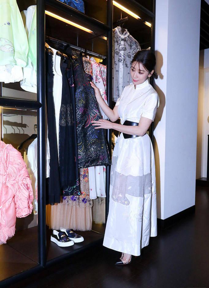 """贾静雯的""""春季""""造型绝了!穿一件白衬衫连衣裙真减龄,高贵优雅"""