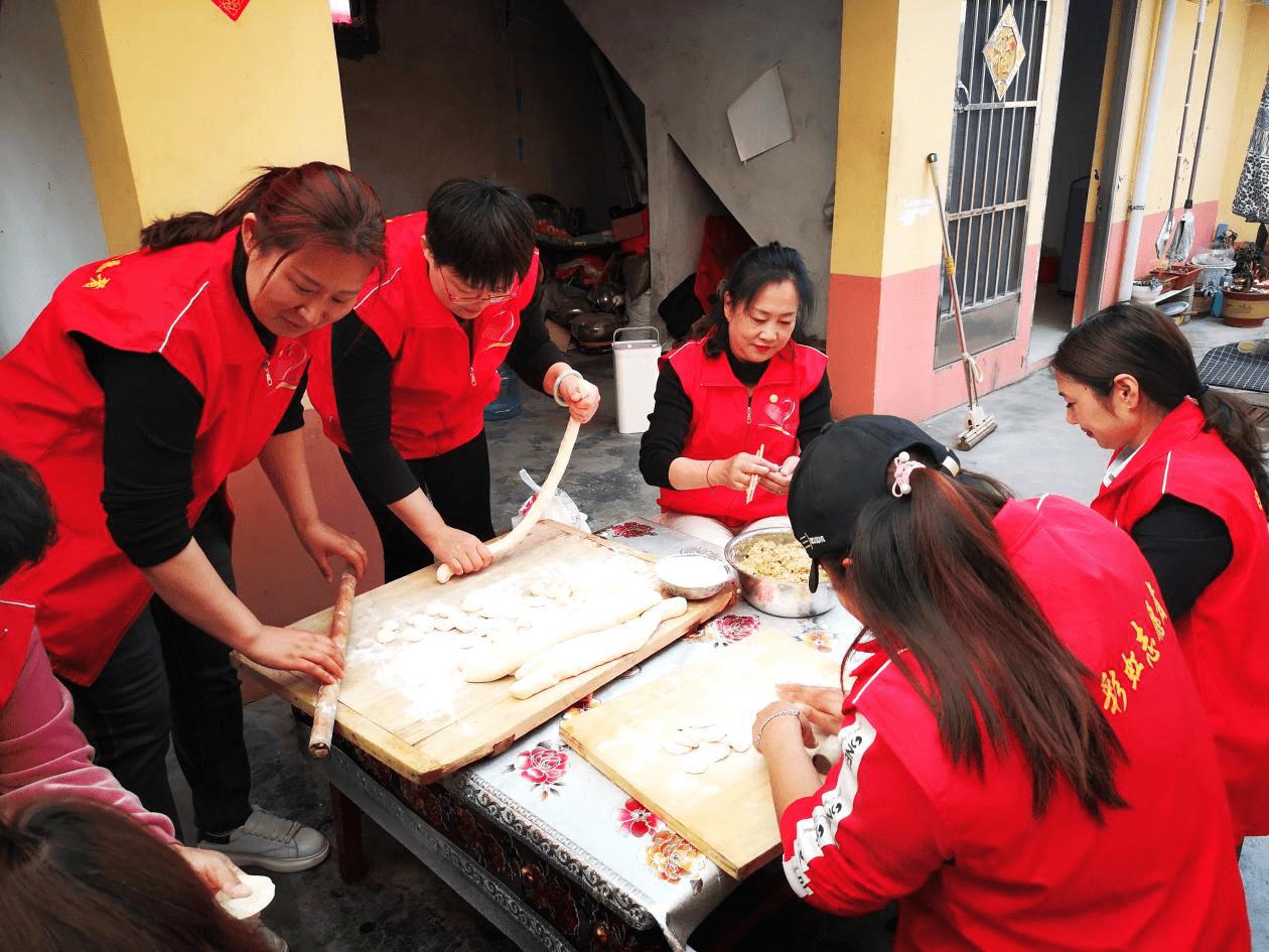 """彩虹志愿者协会开展""""慰问孤寡老人、温暖传递爱心""""主题党日活动"""