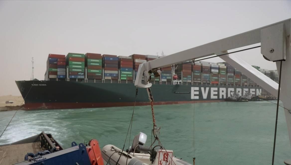 长赐号货轮仍停留在苏伊士运河 要求超10亿美元的赔偿