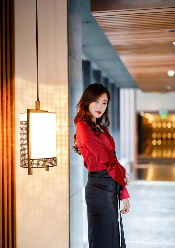 原創小姐姐這身經典的黑紅搭配,穿出了女人味,知性優雅又性感迷人