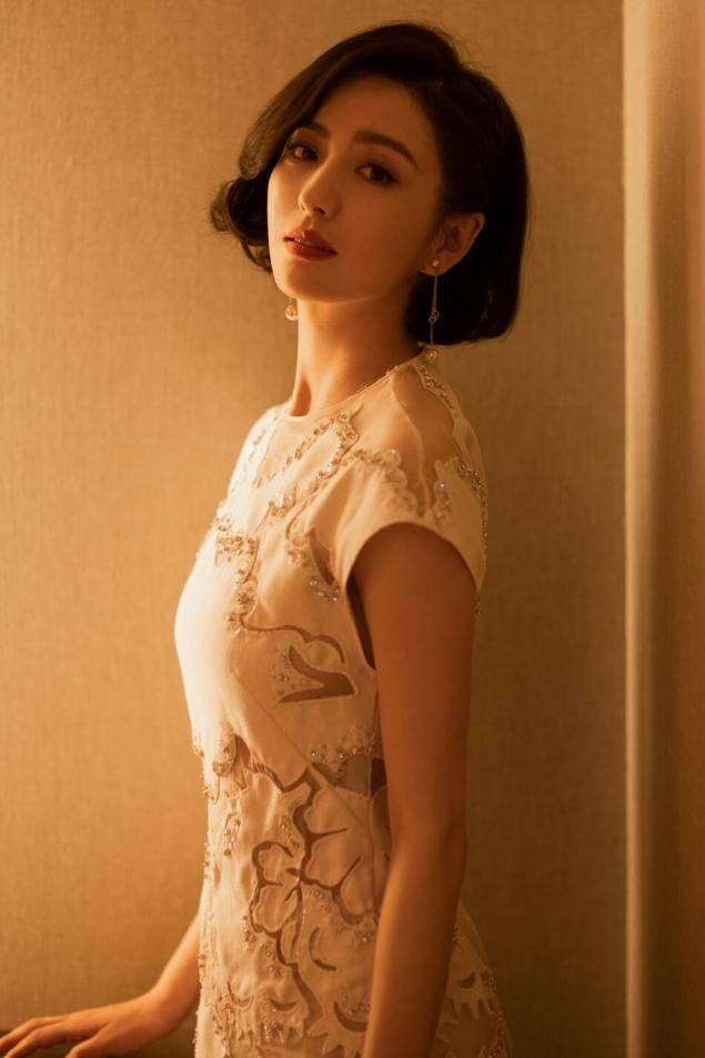 佟丽娅发型选对了!微UWIN电竞卷短发配刺绣裙简约清爽