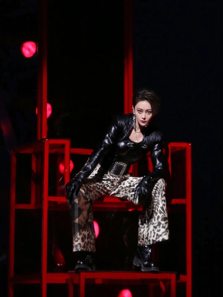 张馨予长发裸背太惊艳,红裙勾勒杨柳腰,纤细