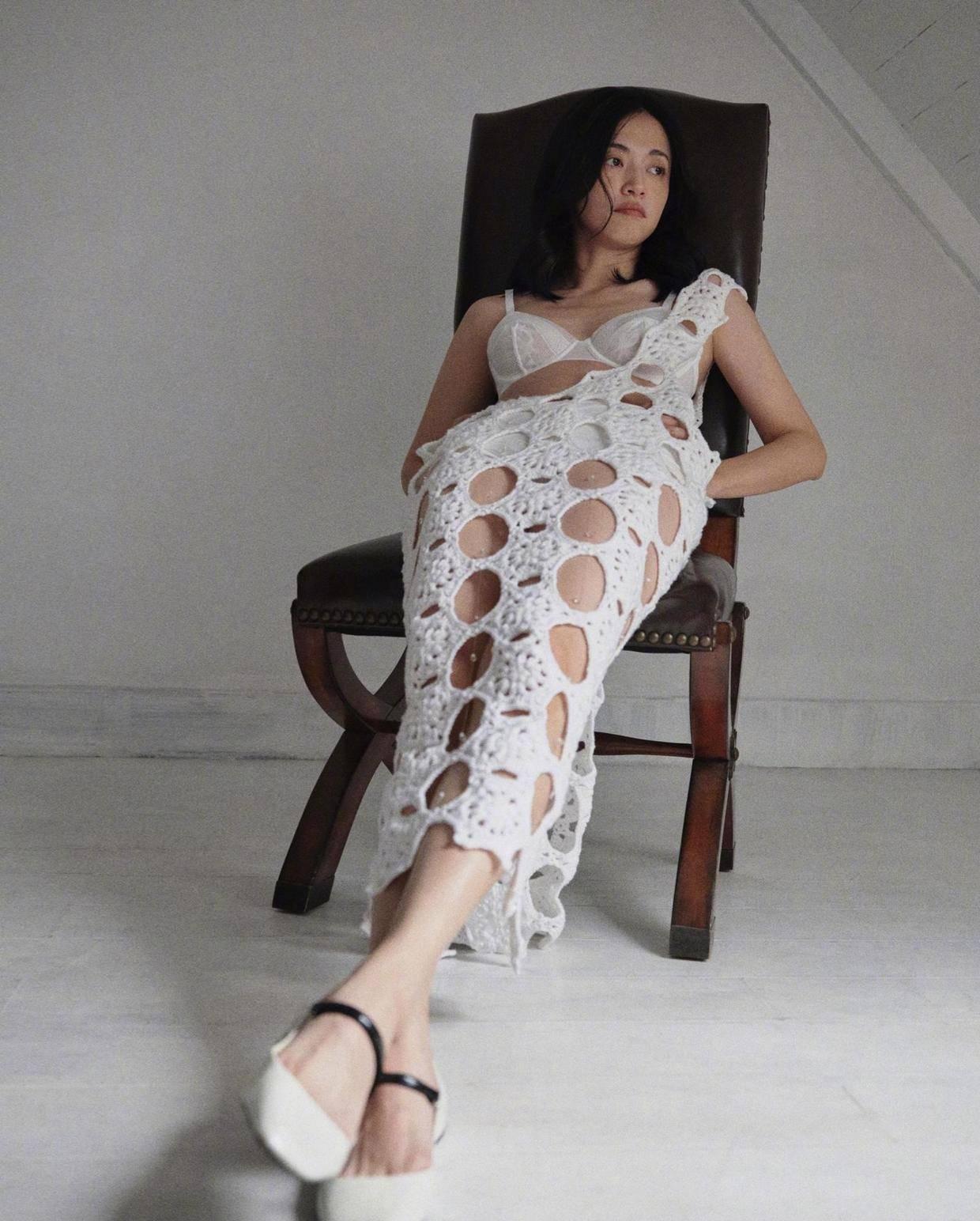 原创             姚晨为了显嫩拼了!印花卫衣搭配牛仔裙,41岁秒变成21岁美少女