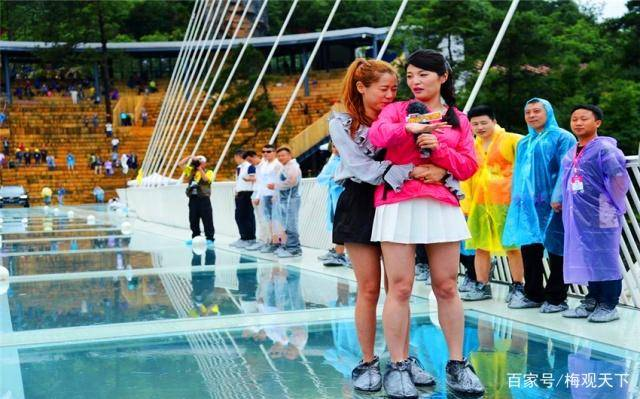 网红玻璃桥变成偷窥桥,管理人员很无奈:我们没法限制游客用手机