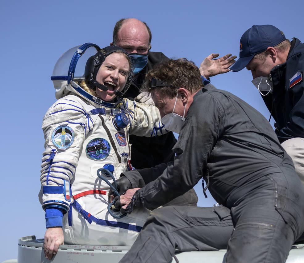 美国宇航局宇航员凯特·鲁宾斯,船员安全返回地球