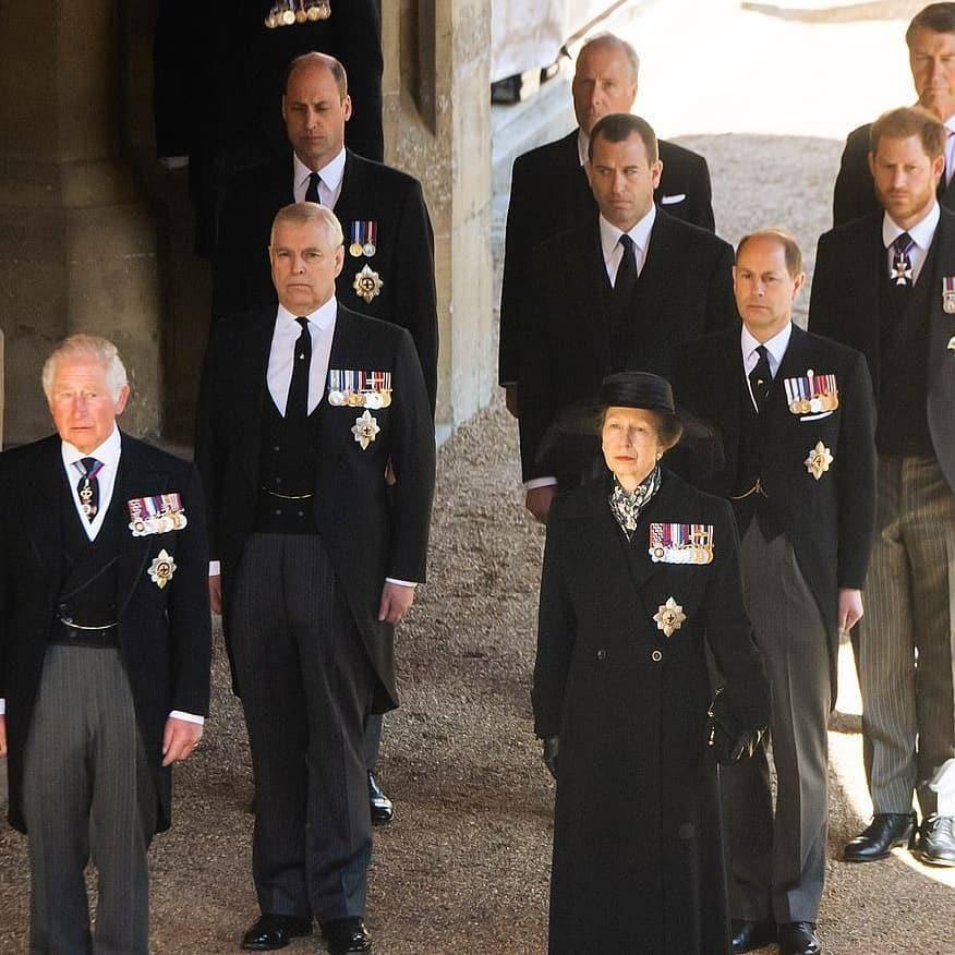 """原创             王室用珠宝寄托哀思!英女王佩戴""""压箱底""""胸针,隐藏浪漫的深意"""