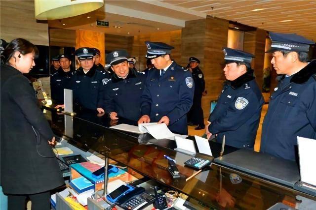 年轻情侣住酒店时,遇到警察查房怎么办?如何证明双方关系?