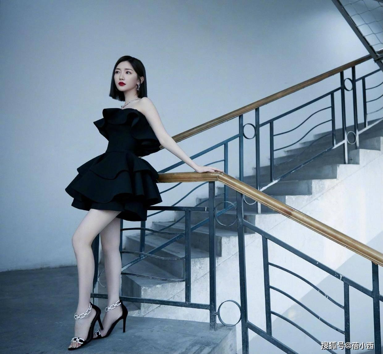 """原创             毛晓彤的""""漫画腿""""真是绝了!穿针织衫配短裙亮相,靠气质就赢了"""