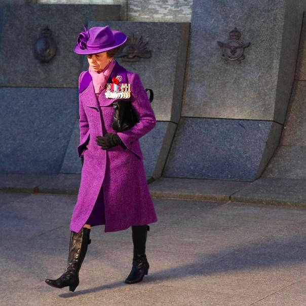 英国70岁公主一身紫衣超优雅!踩长靴气场全开,比94岁女王更会穿