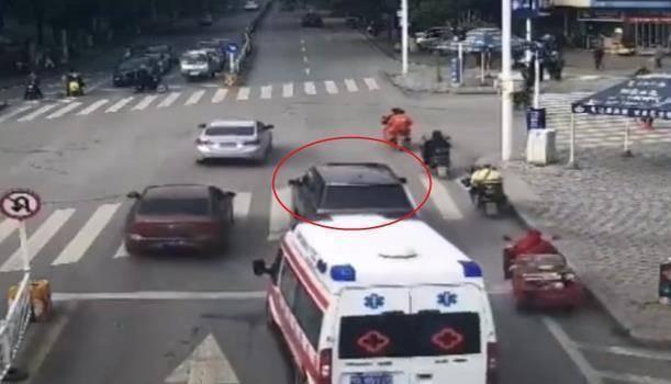 救护车救人被挡住,按喇叭70下路虎就是不动,车主:没人敢让  第3张