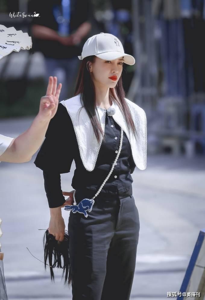 原创             Angelababy最新私服,白色露腰上衣配牛仔裤简约清凉,背影照好绝