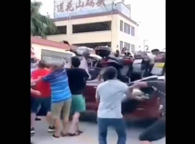 广东:停家门口摩托被拖走,村民激动上前抢夺,还有人直接开走