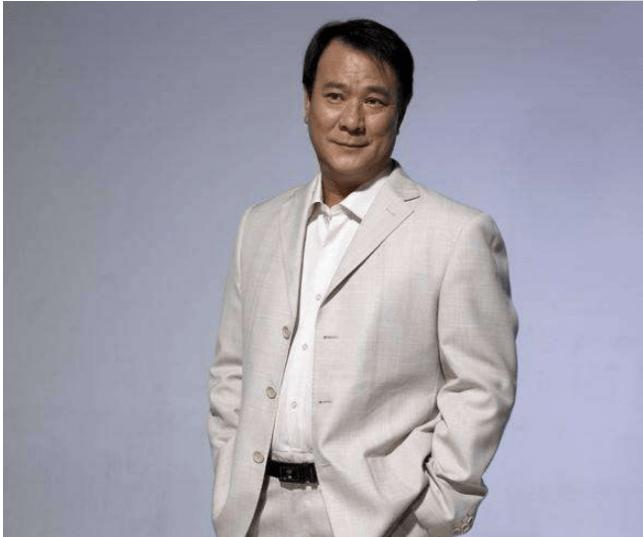 他是90年代的香港大哥,如今与妻子街边抽烟沧桑似老头  第3张