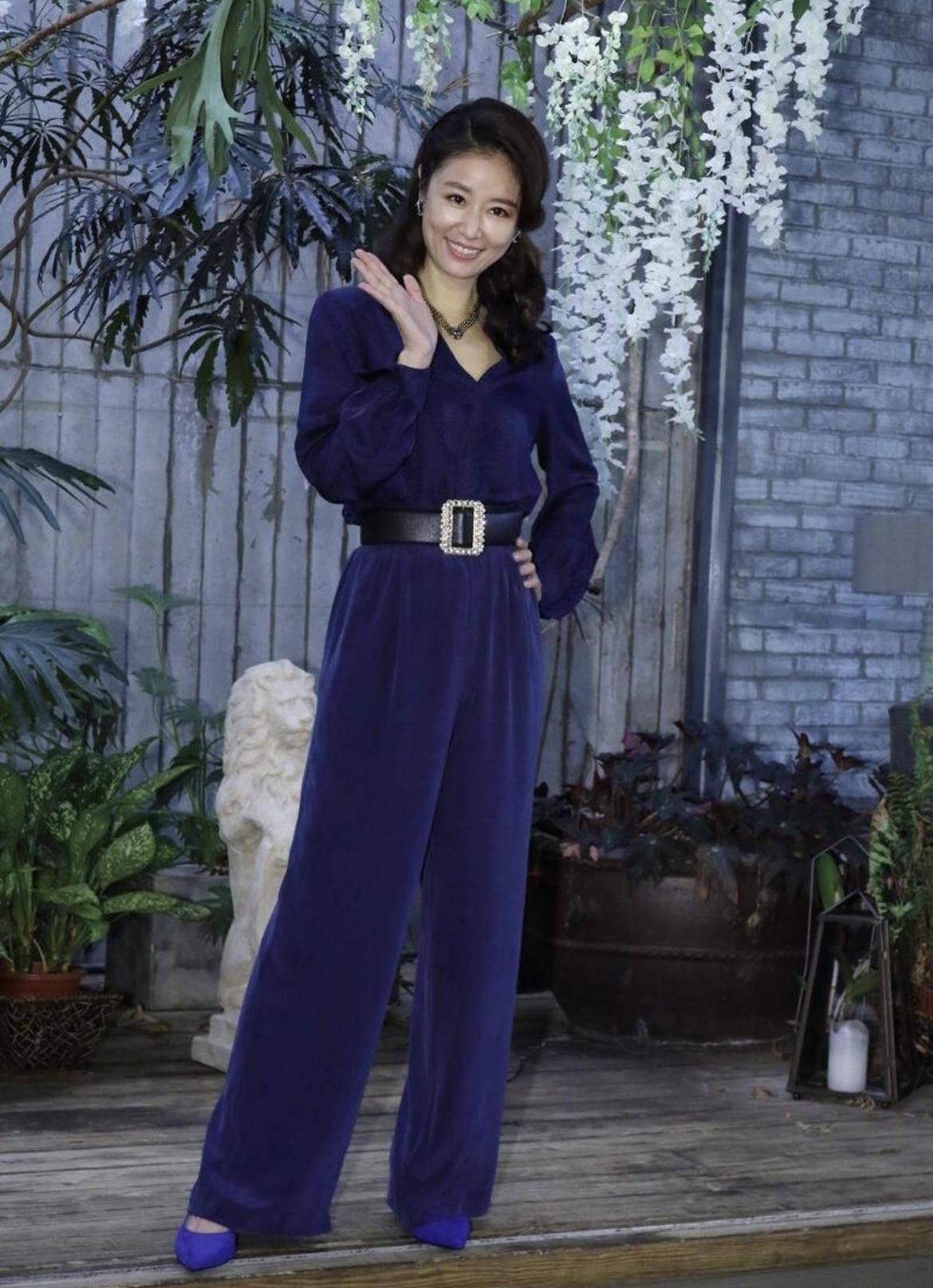 """原创             林心如""""妈妈辈""""里最会穿,蓝色挂脖礼服高贵典雅,精致时髦"""