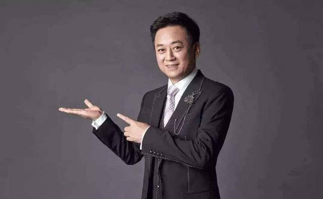 """原央视一哥朱军,54岁黯然告别央视后,老婆又被传""""晚节不保"""""""