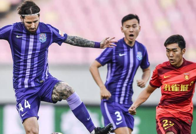 中超积分榜:黑马升第1,一场0-1让上海海港躺跌第2!尹鸿博制胜