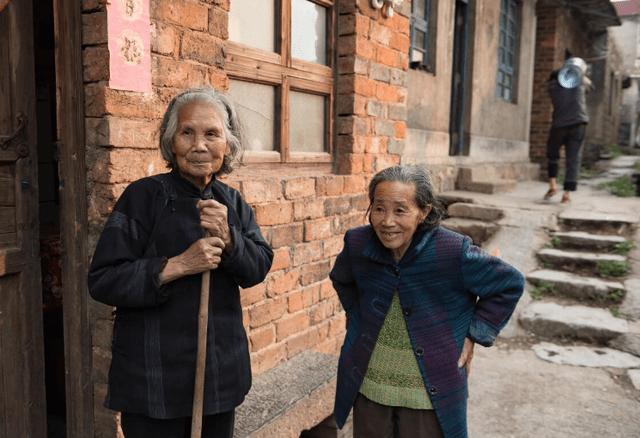 两种不同的养老方式,年轻人该如何养老?