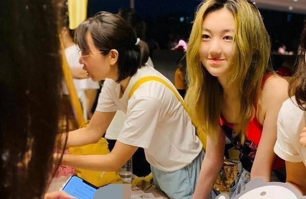 李嫣穿露肩修身长裙大秀好身材,成熟又性感!网友:她才14岁啊