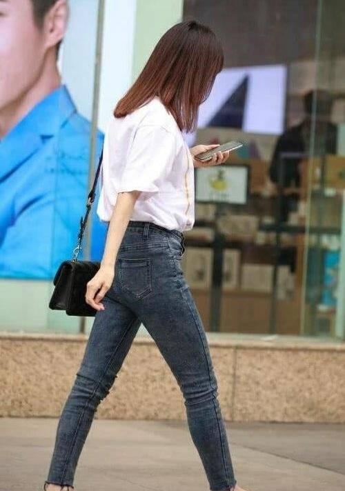 气质小妹的牛仔裤配白色T恤衫,尽显俏皮活力