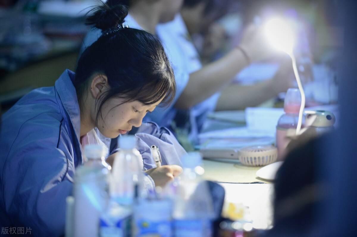 如何填报高考志愿更有利?中游学生选专业,低分学生保录取