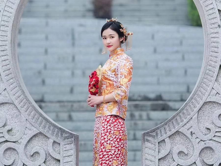 我是杭缎非遗传承人,我和香港珑御裙褂一起做了一件龙凤