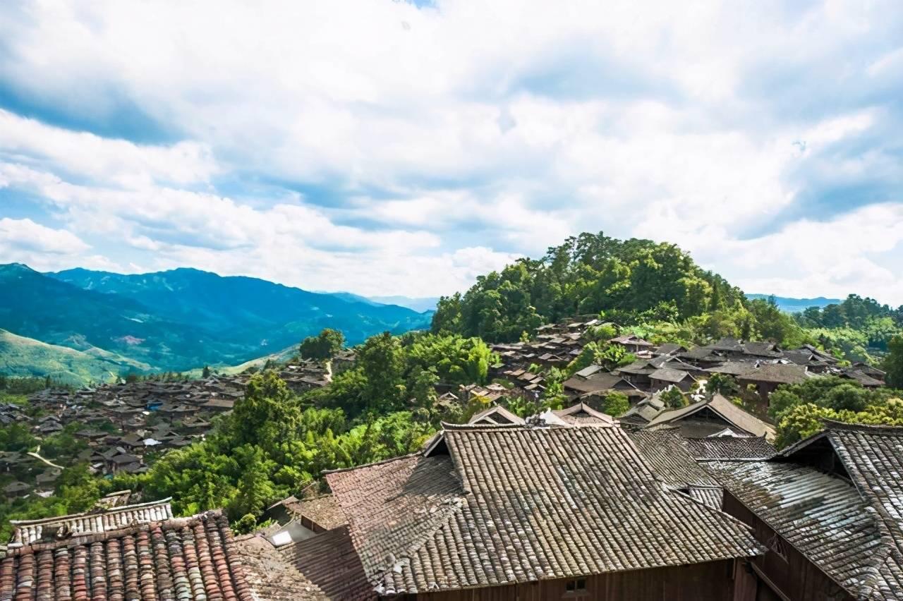 实拍贵州岜沙苗寨,这里有古老原始的习俗,当地村民用镰刀剃头!