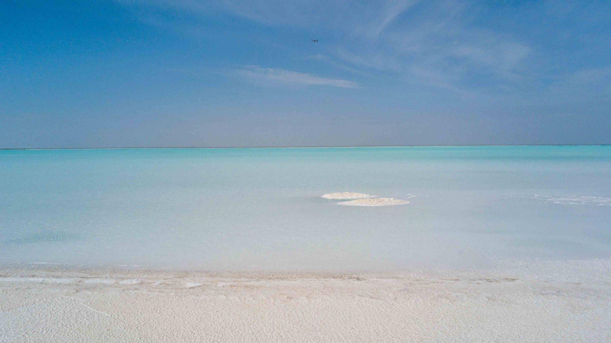 青海有个超神奇的湖泊,是荒漠中的盐湖,宛若仙境般的存在!