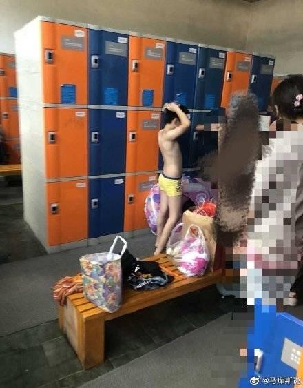 网友曝游泳馆更衣室女性带十多岁儿子进入,男孩妈妈:就你精贵怕看!