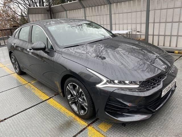 全新起亚K5实车来了,新颜值是个亮点,海外实车已上市,太帅气了