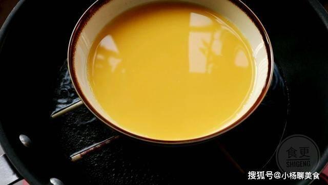 原創             蒸雞蛋羹,萬萬別直接加水就蒸,多做這1步,保准雞蛋鮮嫩沒氣孔