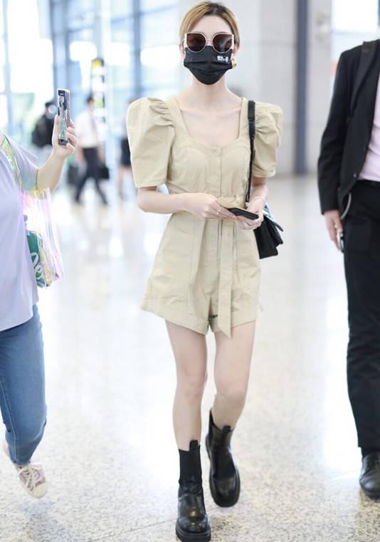 张柏芝真是太清纯了,一袭连体短裤嫩成女大生,哪像41岁仨娃妈?