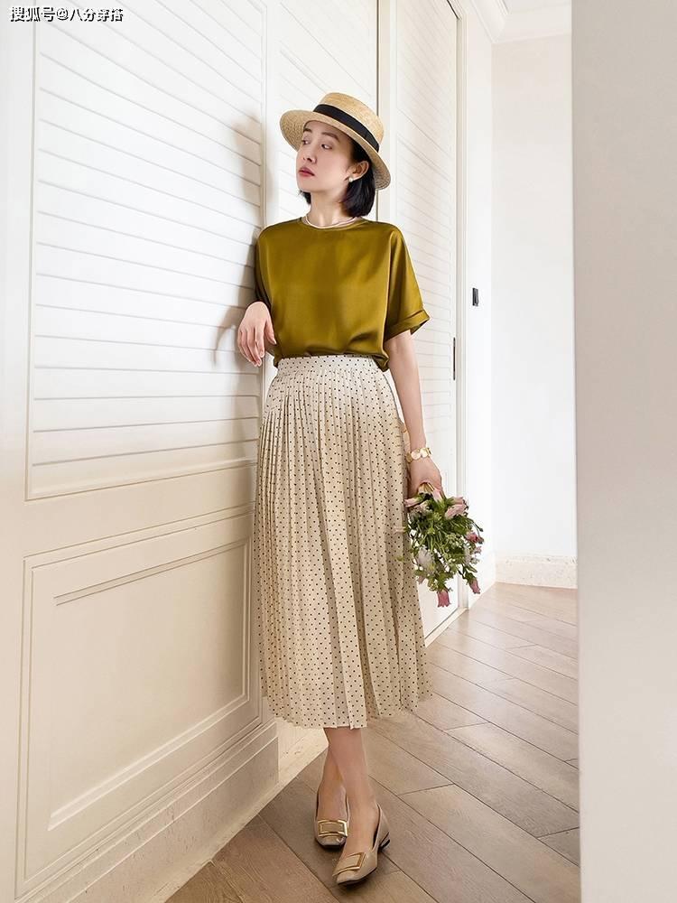 """原创             有品位的女人都爱""""极简风"""",夏季穿搭多注意这些点,时髦又温柔"""