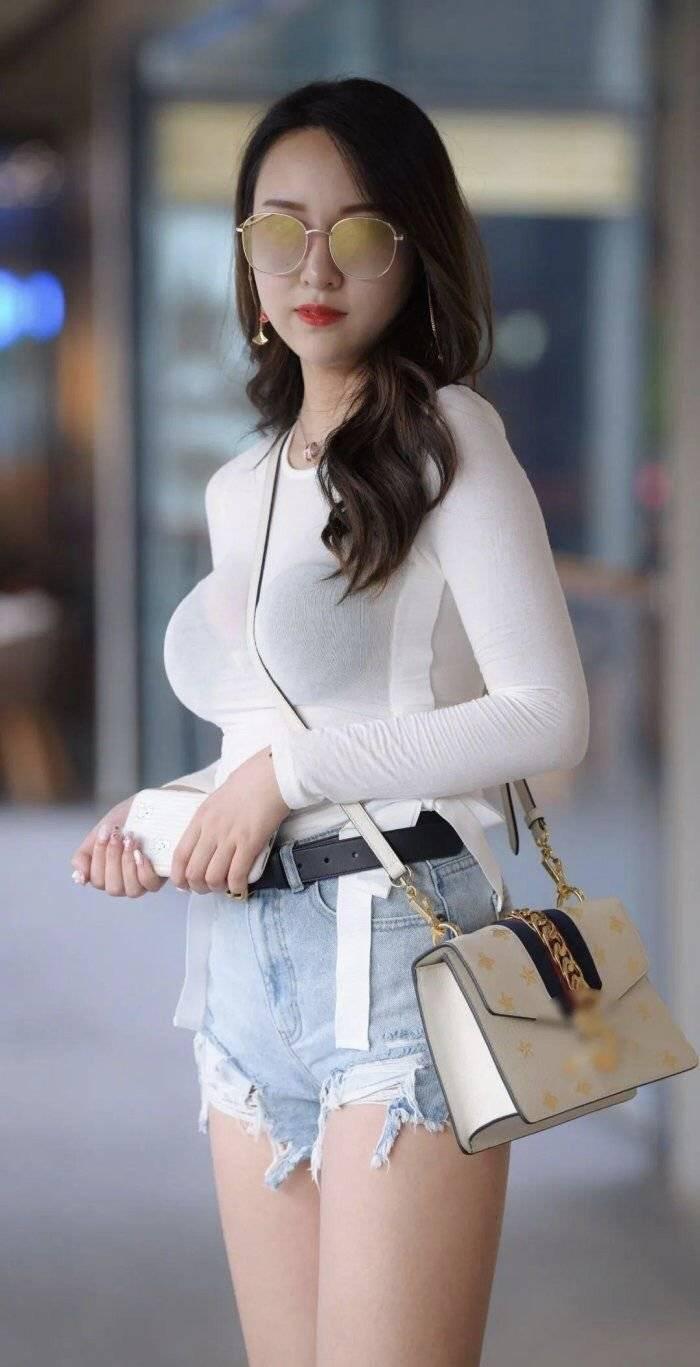 原创             街拍:微胖御姐范好迷人,轻薄上衣+超短牛仔裤,带来隐约的魅力