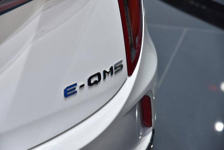 主打高端網約車市場 一汽紅旗首台E-QM5白車身下線
