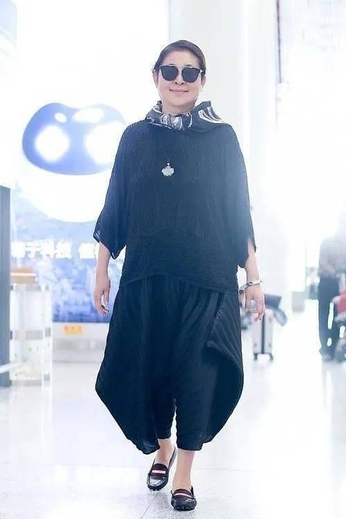 倪萍穿搭老奶奶气息很明显 格子衬衫搭配灰色风衣外套难掩老态