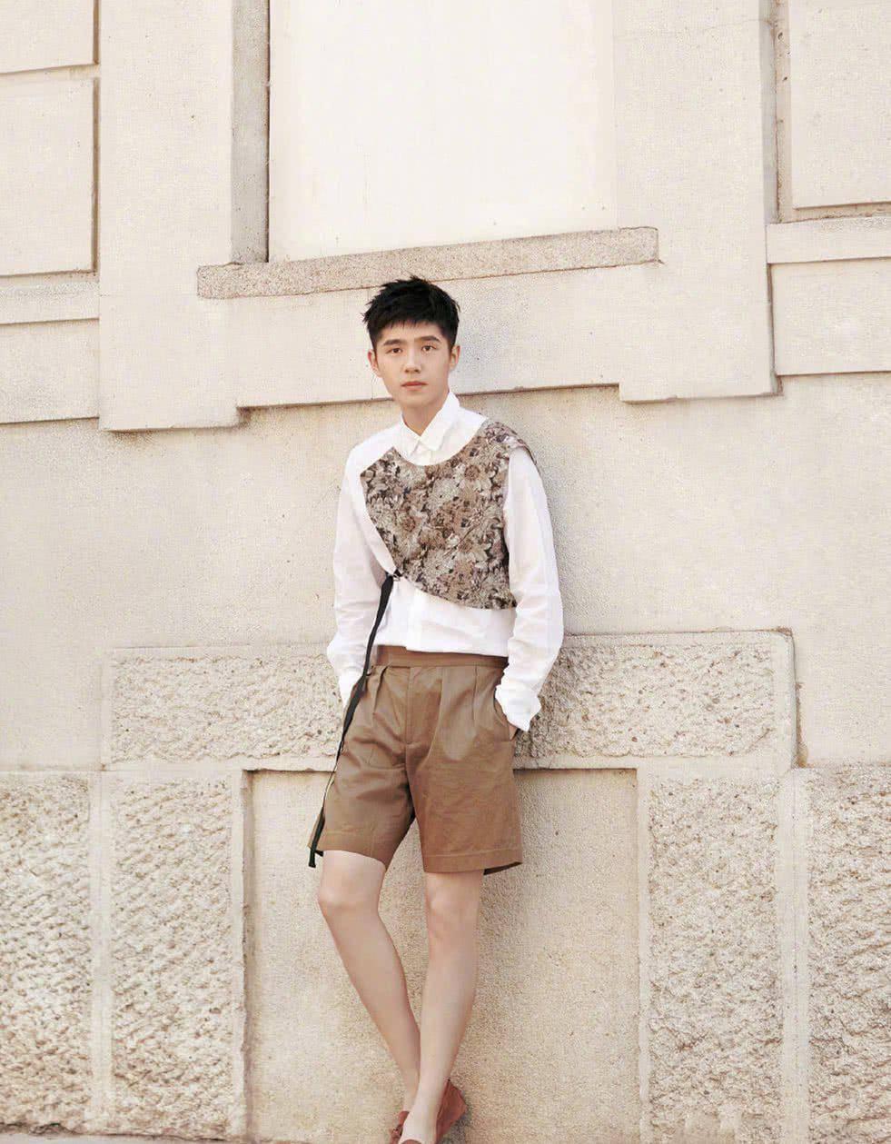 刘昊然和林彦俊,年龄只差两岁,穿同款衬衫差距这么大?