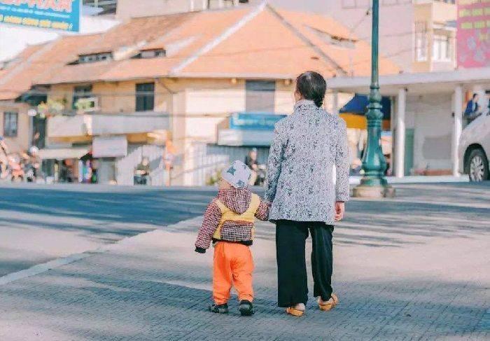 """为什么现在姥姥姥爷,成了带娃""""主力军""""?原因真的很现实"""
