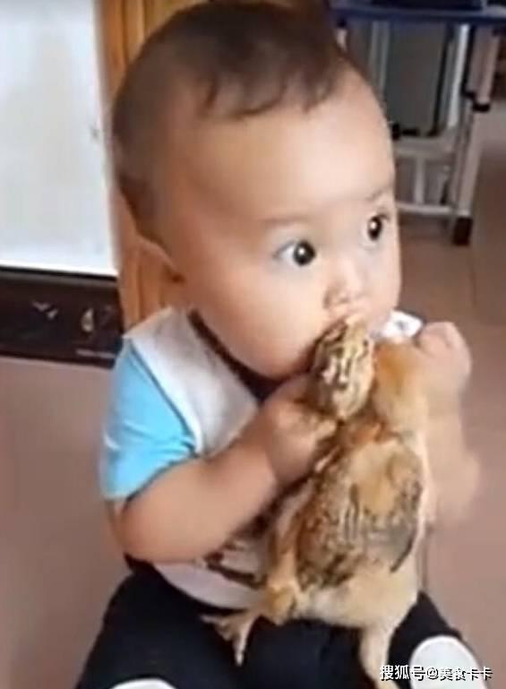 宝妈在厨房做事,听到客厅有动静,宝妈出来看到宝宝,乐得哈哈笑