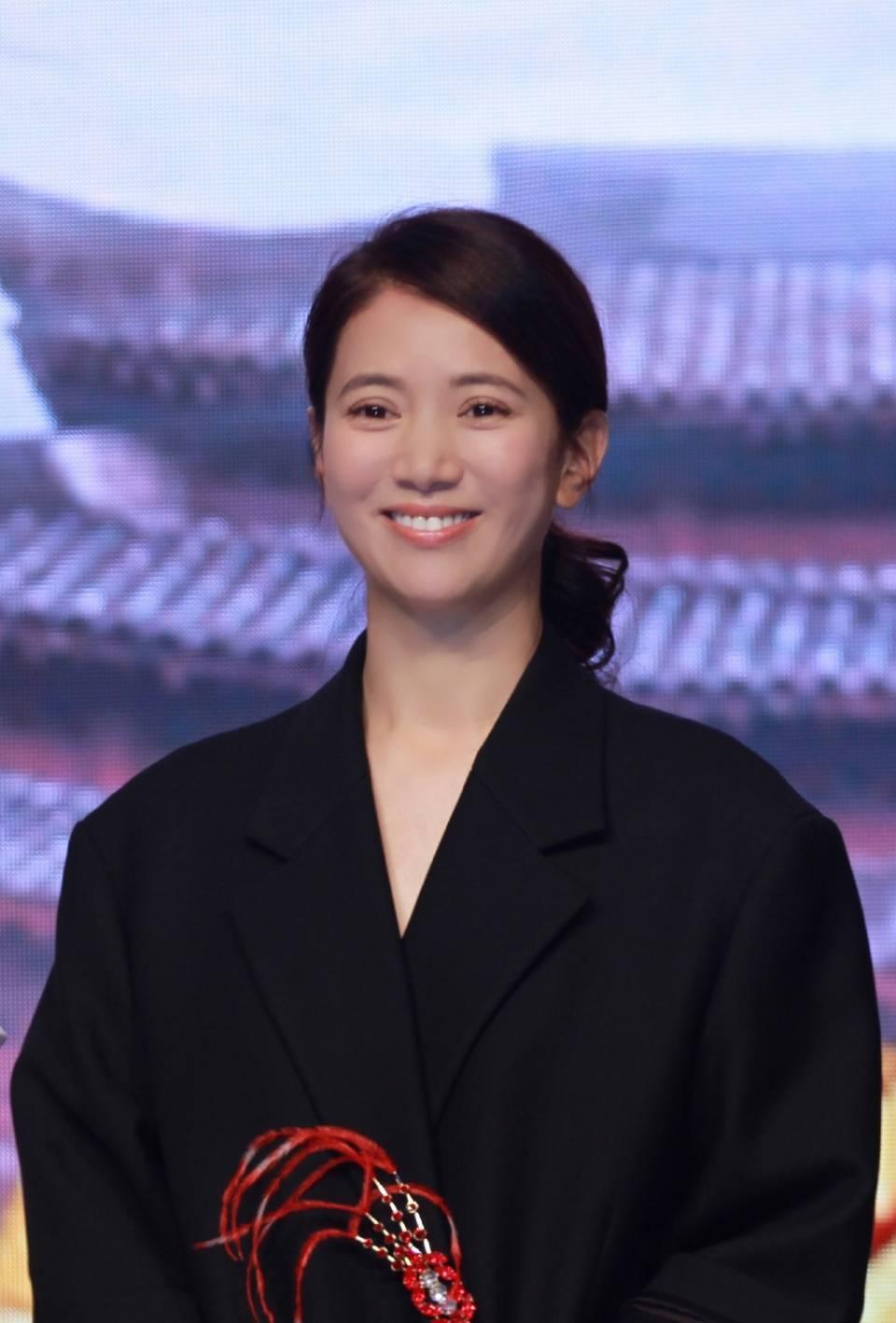 47岁袁咏仪又换新发型!高扎丸子头最少减龄10岁,换个造型更俏皮