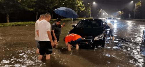 雨中赤兔马轮胎车队、乐胶网车队、苏州北汽车队救援涉水车辆t7b