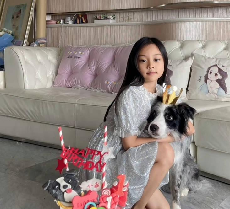 图片[3]-贾乃亮开车接女儿学舞蹈,甜馨大长腿身材优越,和爸爸一起心情好-番号都