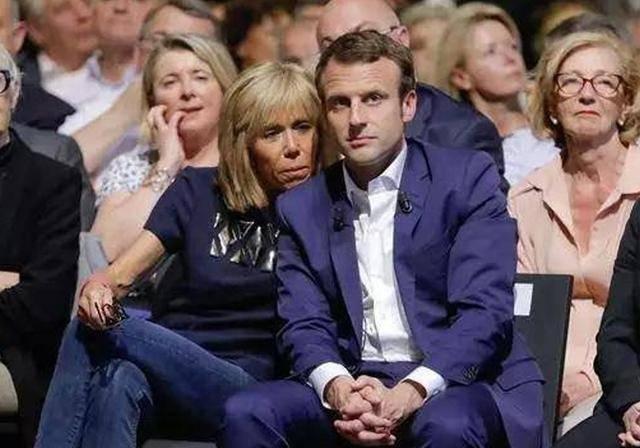 论黏人就服法国夫人!68岁穿的像韩剧女主,干啥都要马克龙牵手