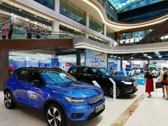 众多新能源车企品牌亮相三亚国际购物中心,吸引大批市民选购新能源汽车!